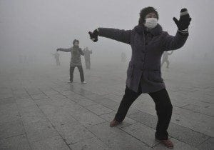 Chinese citizens endure crippling smog in Beijing